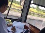 Tin nhanh - Yêu cầu xử lý lái xe khách buông vô lăng để ký giấy tờ