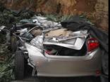 Tin nhanh - Xe tải đè bẹp ô tô con, hai người thoát chết thần kỳ