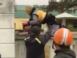 Giáo dục - Hà Tĩnh: Phụ huynh bế trẻ vượt tường vào lớp giữa trời rét
