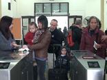 Mới- nóng - Clip: Ngày đầu hoạt động của cổng soát vé tự động tại ga Hà Nội