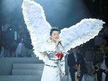 Sự kiện - Ca sĩ Tùng Dương hát Bolero: 'Đừng nhìn vào đôi cánh, hãy nhìn vào đôi mắt để thấy bạn là ai'