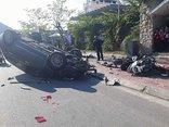 Chính trị - Xã hội - Ô tô 'điên' lật ngửa sau khi húc hàng loạt xe máy