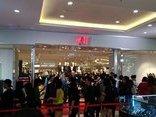 Đời sống - Giới trẻ Hà Nội 'rồng rắn' xếp hàng trước cửa hàng thời trang HM