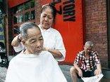 """Dân sinh - Bà lão U80 biểu diễn kỹ nghệ cắt tóc """"độc nhất"""" ở Hà Nội"""