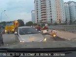 Video - Clip: Tài xế ô tô quyết ép lùi 2 xe chạy ngược chiều trên phố Hà Nội