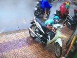 Pháp luật - Clip: Trộm bẻ khóa, 'cuỗm' xe máy chỉ trong 3 giây giữa phố Sài Gòn