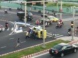 Video - Clip: Khoảnh khắc taxi lật nghiêng giữa ngã tư vì va chạm với ô tô