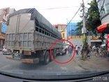 Video - Clip: Người phụ nữ suýt bị xe tải cán ngang người ở Bắc Ninh