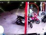 Video - Clip: Nam thanh niên trộm xe máy bất thành bị người dân truy đuổi