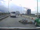 Video - Clip: Ngã trước đầu taxi, người đàn ông thoát chết thần kỳ