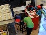 Video - Clip: Nữ quái vờ mua bánh rồi trộm điện thoại trước mặt nhân viên