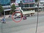 Video - Clip: Người đàn ông bị xe ben tông văng gần 5m ngay giữa ngã 3