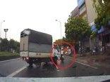 Video - Clip: Bị xe tải tông trúng, người phụ nữ may mắn thoát chết