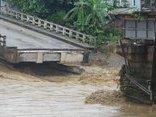 Video - Mưa lũ ở Yên Bái: Sập cầu Thia, 2 người bị nước lũ cuốn trôi [Clip]