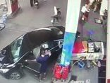 Video - Clip: Ô tô đâm đổ trụ bơm xăng cùng hàng loạt xe máy rồi bỏ chạy