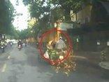 Xa lộ - Clip: Mải nhìn điện thoại, thanh niên tông ngã nhân viên môi trường