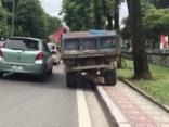 Xa lộ - Clip: Bức xúc cảnh xe tải hồn nhiên làm 'xiếc' trên vỉa hè Hà Nội