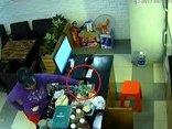 Hình sự - Clip: Nữ quái vờ mua đồ rồi trộm điện thoại trong quán cà phê