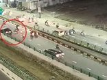 Xa lộ - Clip: Ô tô tông xe máy rồi bỏ chạy tại hầm chui Điện Biên Phủ