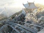 Mới- nóng - Clip: Du khách thích thú ngắm băng tuyết phủ trắng đỉnh Fansipan