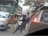 Mới- nóng - Clip: 2 thanh niên xô đẩy, giằng co với CSGT để 'giải cứu' xe tải