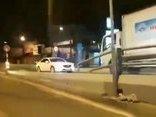 Xa lộ - Clip: Nữ tài xế lái ô tô đi ngược chiều bị xe tải ép lùi trên cầu