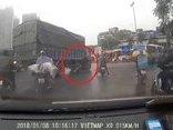 Xa lộ - Clip: Cố vượt xe tải đang rẽ, nam thanh niên may mắn thoát chết