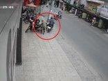 Mới- nóng - Clip: Đang nhét đồ vào cốp, cô gái bị cướp giật túi xách giữa phố