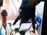 Mới- nóng - Clip: Vờ mua đồ, thanh niên trộm iPhone 7 Plus trong shop quần áo