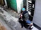 Mới- nóng - Clip: Trộm vào tận ngõ bẻ khóa 'cuỗm' xe máy chỉ trong 1 phút