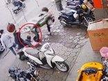Mới- nóng - Clip: Mẹ bất cẩn để con vặn tay ga khiến xe tông trúng một phụ nữ