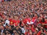 Bóng đá Việt Nam - Bí thư, Chủ tịch tỉnh Nghệ An ngồi giữa sân xem bóng cùng người hâm mộ