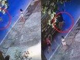 Video - Clip: Bị ô tô tông trúng, bé trai bò ra khỏi gầm xe sau tai nạn