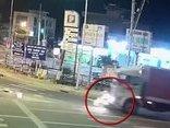 Xa lộ - Clip: Va chạm với xe tải, nữ sinh bị cán tử vong ở 'ngã ba tử thần'