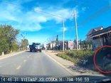 Xa lộ - Clip: Tránh xe tải, hai thanh niên đi xe máy lao thẳng xuống rãnh