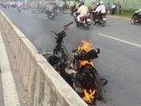 Mới- nóng - Clip: Xe máy bất ngờ bốc cháy ngùn ngụt trên Xa lộ Hà Nội