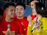 Giải trí - Clip: Mỹ Tâm vừa hát vừa tô son của Hồng Duy ngay trên sân khấu