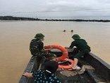Xã hội - Thuyền bộ đội cứu sống 2 cha con bị lũ cuốn trôi