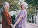 """Cộng đồng mạng - Bộ ảnh """"tình bạn"""" của hai cụ bà 80 tuổi khiến dân mạng xuýt xoa"""