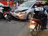 Tin nhanh - Sóc Trăng: 2 ôtô 7 chỗ tông bẹp xe máy, 9 người bị thương