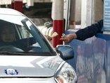 Xã hội - Tái diễn tình trạng tài xế dùng tiền lẻ qua trạm BOT Quốc lộ 5