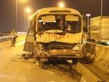 Tin nhanh - Giải cứu hơn 10 người đang hoảng loạn trong xe khách biến dạng