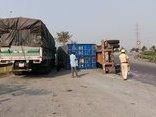 Tin nhanh - Container suýt đè bẹp xe tải, tài xế thoát chết trong gang tấc