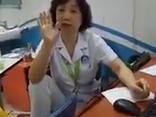 Chính trị - Xã hội - Bác sĩ gác chân lên ghế 'đôi co' với bệnh nhân là tiến sĩ