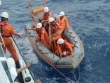 Chính trị - Xã hội - Cứu sống 5 thuyền viên của tàu cá bị sóng đánh chìm trên biển