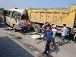 Tin nhanh - Hà Nội: Ô tô khách 'hôn' đuôi xe tải, nhiều người thương vong