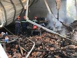 Tin nhanh - Công ty gỗ cháy lớn, lửa thiêu rụi nhiều tài sản nhà dân