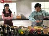 Ngôi sao - Clip ca sĩ Tuấn Hưng làm ảo thuật xê dịch bàn bếp bằng tay