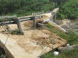 Điểm nóng - Bình Định: Cầu Kà Te bị sập đuôi mố cầu, xói lở