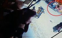 Hình sự - Clip: Tên cướp manh động giật dây chuyền giữa chợ lúc sáng sớm